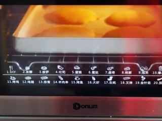 火爆Ins的StrawberryOmelet草莓抱抱卷,放入预热好的烤箱中190度烘烤10分钟上色取出。