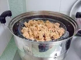 粉蒸羊肉,蒸的同时可以放一些胡萝卜块一起蒸,好看又好吃。