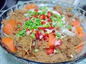 粉蒸羊肉,最后一步,把剩下的葱末、红辣椒 、蒜末、青蒜叶(为了调色)撒在蒸好的羊肉上面,炒锅里加油烧热后,淋在上面即可。