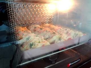 花式芝士肠仔包,放入预热好的烤箱180度25分钟,上色加盖锡纸,烤好取出晾凉