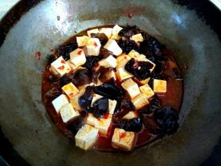 木耳黄瓜烧豆腐,加入豆腐,大火烧开,加入少许糖
