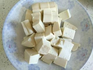 木耳黄瓜烧豆腐,豆腐切小块