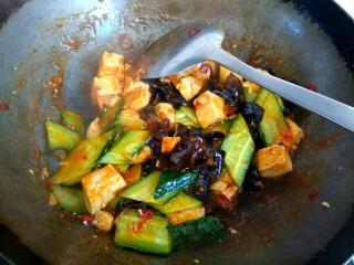 木耳黄瓜烧豆腐,加入水淀粉,汤汁粘稠,翻炒均匀即可