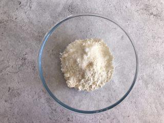 网红咸蛋黄饼干,低筋面粉中加入白糖和盐