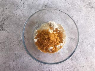 网红咸蛋黄饼干,最后倒入捣碎的咸蛋黄