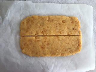 网红咸蛋黄饼干,擀成5mm厚的薄片,横着中间切开