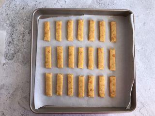 网红咸蛋黄饼干,摆入烤盘,放入提前预热好的烤箱上下火170度烤20分钟