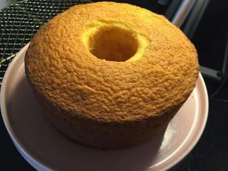 奶油草莓海绵蛋糕,蛋糕冷却好,脱模成功的还没蛋糕超过6.5cm就可以了。