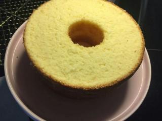 奶油草莓海绵蛋糕,均匀分成三等份,每份高度1.5cm。