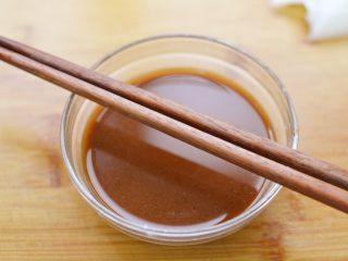 糖醋虎皮鹌鹑蛋,期间,将白糖、陈醋、蚝油、盐,淀粉和清水调成一小碗酱汁。