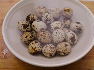 糖醋虎皮鹌鹑蛋,用冷水浸泡片刻。