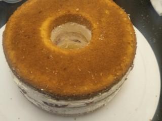 奶油草莓海绵蛋糕,放入最顶上的蛋糕片。