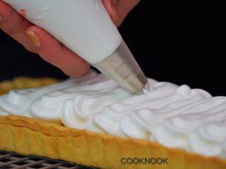 棉花糖酸甜柠檬塔,把蛋白糖霜挤到烤好的柠檬派上
