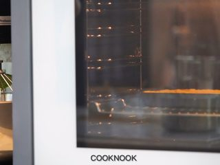 棉花糖酸甜柠檬塔,倒入烤过的饼乾派皮裡, 送入烤箱烤20分钟