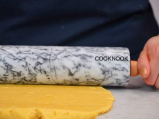 棉花糖酸甜柠檬塔,把派皮面团杆成0.3公分厚