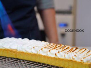 棉花糖酸甜柠檬塔,火枪把蛋白糖霜表面烤上漂亮的金黄色