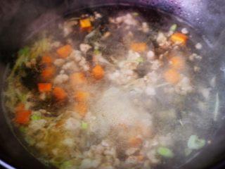 茼蒿肉末营养羹,大火烧开后继续炖2分钟左右的时候。