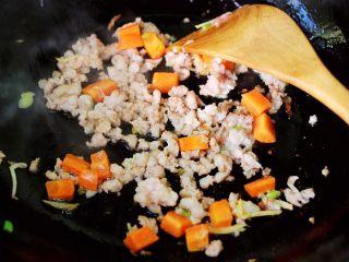 茼蒿肉末营养羹,大火继续翻炒至猪肉末断生变色的时候。