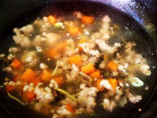 茼蒿肉末营养羹,锅中倒入适量的清水。