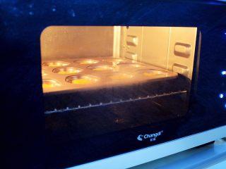 南瓜蒸蛋糕,放入蒸汽烤箱,温度110度蒸15分钟即可,因我用的是学厨卡通12连模,比较大,所以我是用蒸汽烤箱蒸的