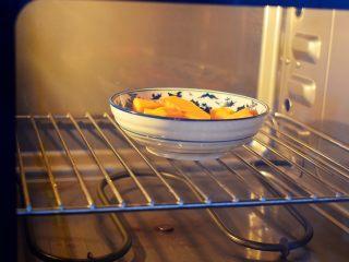 南瓜蒸蛋糕,南瓜去皮洗净切成薄片,放入蒸汽烤箱蒸熟。如果没有可用锅蒸熟。