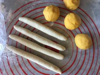 香蕉馒头,将白色面团分出小面团约27g一份,南瓜泥面团约20g一份,将白面团搓成长条