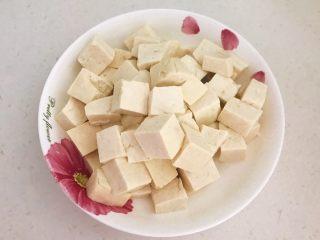 最正宗的麻婆豆腐,把焯好的豆腐捞出来