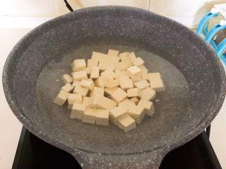 最正宗的麻婆豆腐,锅里加入冷水烧开后放入豆腐,烧开后焯水3分钟
