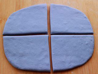 蝶豆花火腿肠花卷,用擀面杖擀成薄面皮后,用刀切成4片。