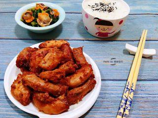 香辣孜然鸡脖,搭配一盘菠菜拌毛蚶小菜再来一碗米饭就是完美搭配