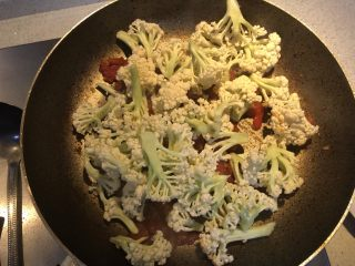 番茄咖喱菜花,加入菜花翻炒。