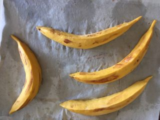 香蕉馒头,除了收口处再捏出2条棱,将兑好水的可可液体用手或刷子蘸取少量涂抹在表皮上,如此就完成了香蕉馒头的制作,已经很逼真了