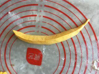 香蕉馒头,捏紧收口,多捏几遍,否则容易开裂