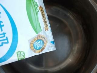 芒果牛奶冻,把牛奶倒入奶锅中