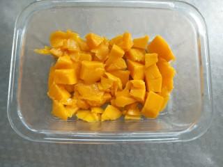 芒果牛奶冻,把果肉都放到玻璃容器中