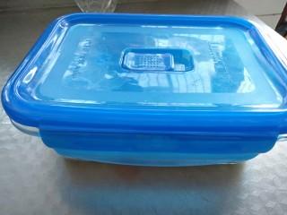 芒果牛奶冻,盖上盖放冰箱冷藏两个小时