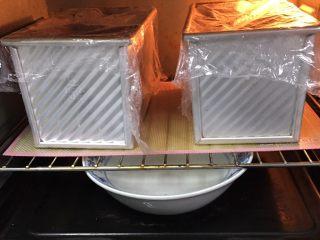 红糖双吐司-小麦预拌粉,送入烤箱两次发酵,方法同上也是60分钟。