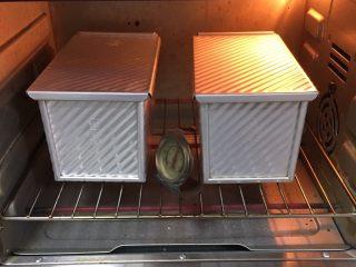 红糖双吐司-小麦预拌粉,烤箱预热至190度,吐司盒送入烤箱烤制40分钟。