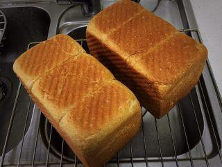 红糖双吐司-小麦预拌粉,烤完立即倒扣脱模,三能的吐司盒很方便脱模。