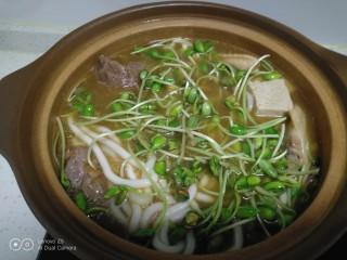 酱羊肉、牛肉、鸡翅炖土豆粉,加入芽苗菜煮2分钟。