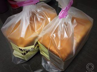 红糖双吐司-小麦预拌粉,吐司面包冷却后装入吐司袋中保存,吐司这样包装送人也提高了档次。