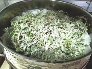 白蒿蒸麦饭,把裹好面粉的白蒿放上