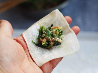 猪肉荠菜云吞,如一个云吞皮,两边沾点水,将猪肉荠菜馅放在皮的中间。