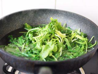 猪肉荠菜云吞,将荠菜焯水,焯水后立即过凉水,挤干水分。