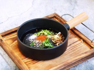 猪肉荠菜云吞,在汤碗里放入适量的小虾皮、香菜、盐、鸡精、辣椒粉,少许的香油。