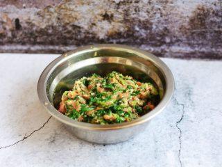 猪肉荠菜云吞,充分搅拌均匀,放适量的盐调味。