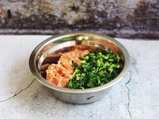 猪肉荠菜云吞,将搅拌好的肉馅与切好的荠菜放在一起。
