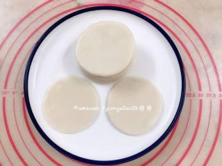 三丝春卷,擀开的面片表面刷薄油,叠在一起,最后一张表面不用刷油,叠一次八至十张就好