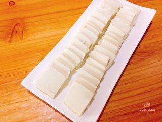 皮蛋豆腐,将豆腐洗净切小