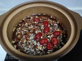 山药豆沙糕,红豆、红枣淘洗干净,放入砂锅,加入适量清水。